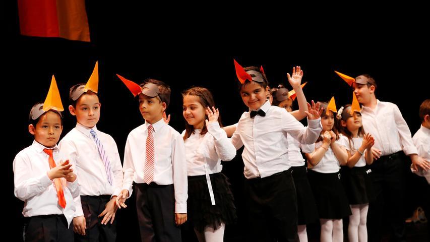 Internationales Kinderfest, dass in der Türkei jedes Jahr am 23.April gefeiert  wird...In Kooperation mit zahlreichen Vereinen aus dem Großraum Nürnberg werden  wir diesen ..besonderen Tag, den der Gründer der Republik Türkei Mustafa Kemal  Atatürk den Kindern ..gewidmet hat, in großem Rahmen in der Stadthalle Fürth  feiern...Im Bild : Tanz der Pinguine, Schülergruppe..Foto: (c) RALF RÖDEL / NN  +++ Veröffentlichung nur nach vorheriger Vereinbarung!