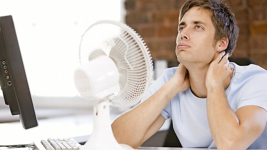 Auf den Ventilator als Freund und Helfer an heißen Tagen ist kaum zu verzichten. Vor allem, wenn man zum Beispiel ohne Klimaanlage im Büro sitzt oder auch sonst keine Chance auf ein frisches Lüftchen hat. Alternativ können Sie auch zum traditionellen Fächer greifen.