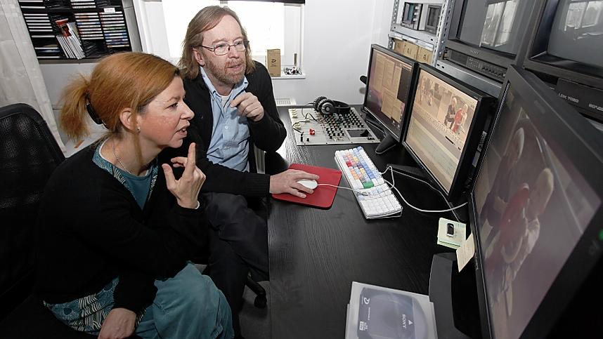 Julia Thomas und Thomas Steigerwald arbeiten in ihrem Fürther Büro an einem Beitrag.