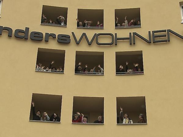 74 Menschen, Senioren und Alleinerziehende mit ihren Kindern, wohnen in diesem Haus in Nürnberg zusammen.