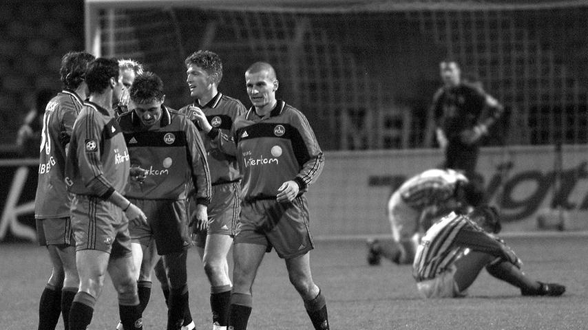 Im März 2000 beendet ein blendend aufgelegtes Nürnberger Angriffsduo Hannovers Serie von vier ungeschlagenen Zweitliga-Partien in Folge. Und zwar mit Nachdruck. Martin Driller und Dimtcho Beliakov - der Bulgare nimmt eben die Glückwünsche der Kollegen entgegen - steuern je zwei Treffer zum furiosen 5:1-Heimsieg bei. Am Saisonende schrammt der Club als Viertplatzierter knapp am Aufstieg vorbei, 96 macht auf Rang zehn Schluss.