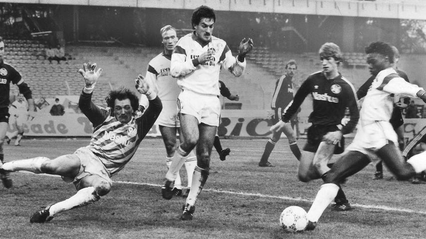 Im November 1988 schaut's besser aus. Martin Wagner bringt den FCN nach knapp 20 Minuten in Front. Da es die Schützlinge von Hermann