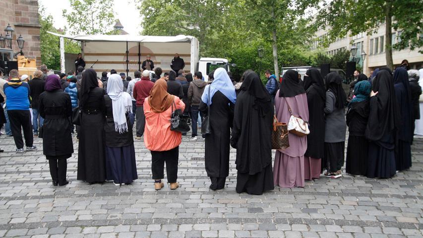 Am Samstag haben sich knapp 100 Salafisten zu einer Kundgebung auf dem Jakobsplatz in Nürnberg getroffen,