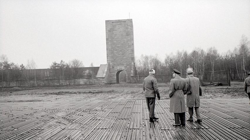 ... unter anderem vom Ende der Großen Straße aus zu sehen, die die Kongresshalle mit dem Märzfeld verband. Die US-Army nutzte das Areal zunächst als Lager und als Truppenübungsplatz. Weil die Stadt aber...