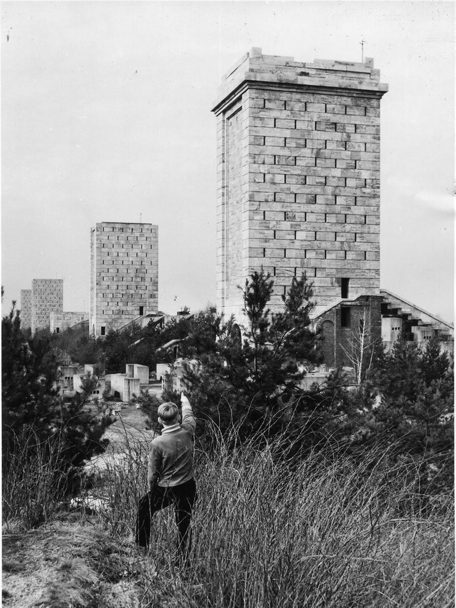 MOTIV: Märzfeld, Türme, Märzfeldtürme, Sechziger Jahre. Teilansicht von einem  der riesigen Türme mit der Toreinfahrt im Hintergrund einer der elf Türme, wie  man sie von der Autobahn-Zubringerstraße Nürnberg - Feucht aus sieht. Im  Dritten Reich sollte hier das größte Stadion der Welt entstehen...FOTO: dpa...: