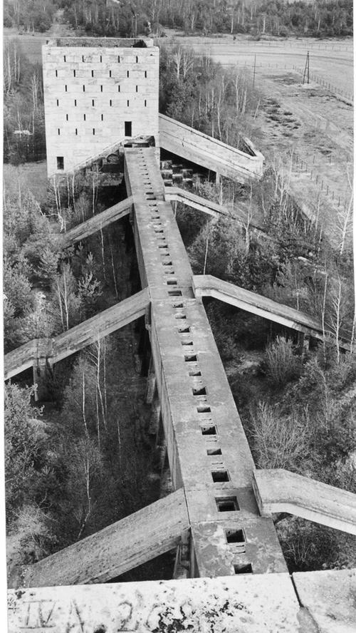 Die Türme waren durch Wälle miteinander verbunden. Zudem plante Architekt  Speer Tribünen, die etwa 250.000 Zuschauern Platz geben sollten und von wo aus die Massen die Schaumanöver der Wehrmacht hätten bestaunen sollen.
