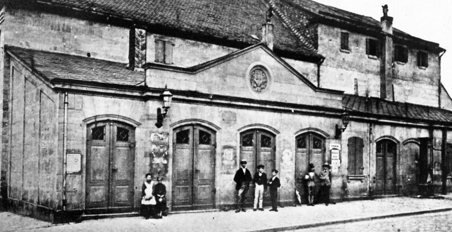 Ein markantes Beispiel für Veränderung im Stadtbild: das alte Theater an der Ecke Rosenstraße/Theaterstraße kurz vor seiner Aufgabe wegen des Neubaus in der Königstraße um das Jahr 1900.