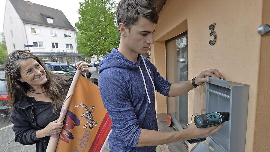 Sohn Martin half Manuela Dilly beim Auszug aus ihrer Werkstatt in Zabo.