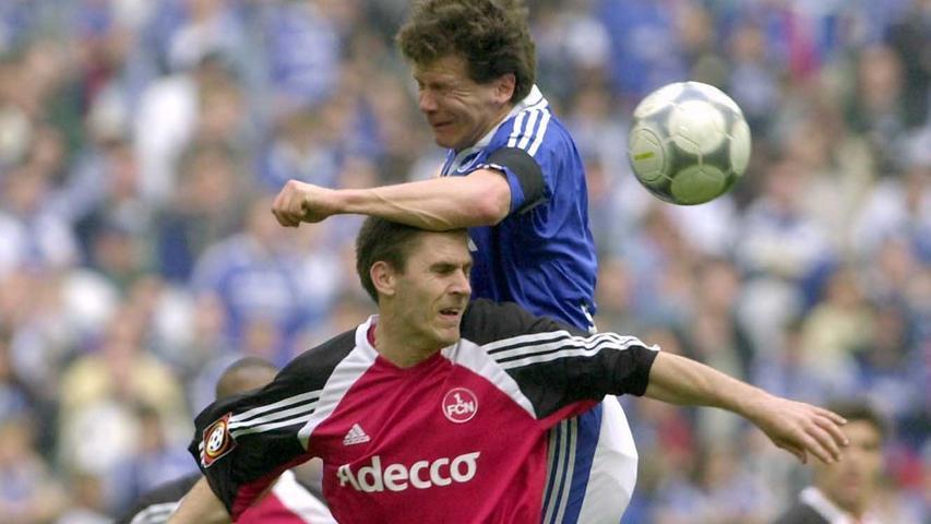 Fußball-Bundesliga, FC Schalke 04 - 1. FC Nürnberg (Samstag, 20.04.2002). Der  Schalker Andreas Möller (oben) kämpft mit Nürnbergs Tommy Svindal Larsen um den  Ball. dpa/lnw