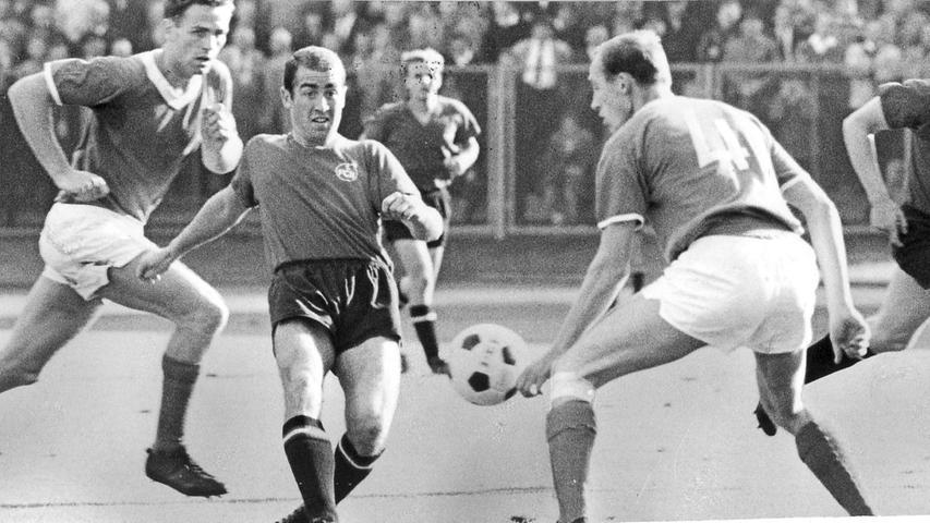 FOTO: NN / Friedl Ulrich, historisch; 1960er; veröff. NN 21.09.1964..MOTIV:  Fussball, 1. FCN - Schalke 04..KONTEXT: