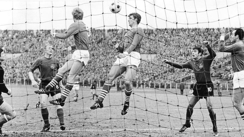 FOTO: NN / Friedl Ulrich, historisch; 1960er; veröff. NN - B 11.03.1968..MOTIV:  Fussball, 1. FCN - Schalke 04, am 09.03.1968, 2:3 (2:2)...KONTEXT: