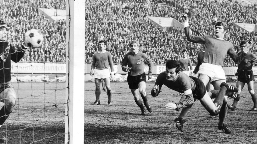 FOTO: NN / Friedl Ulrich, historisch; 1960er; veröff. NN 10.03.1969..MOTIV:  Fussball, 1. FCN - Schalke 04; 08.03.1969, 1:1 (1:1)..KONTEXT: