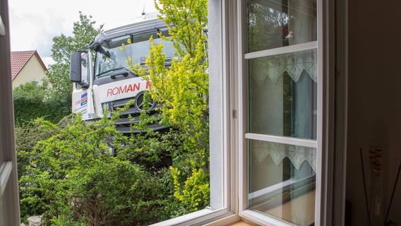 Westheim: Lkw fährt auf Mauer und bleibt hängen