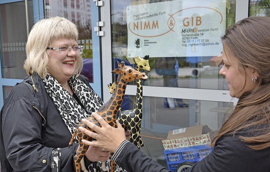 """""""Nimm und gib"""" ist das Prinzip beim Warenverschenktag. Auch diese Giraffen haben jetzt ein neues Zuhause."""