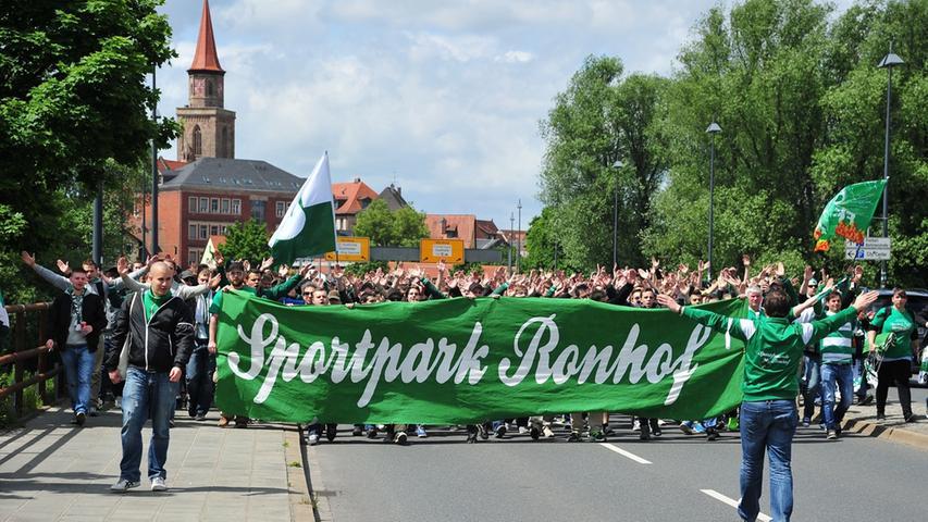 Auf der Straße zeigten die Fans deutlich, wie ihre Heimat heißen soll.