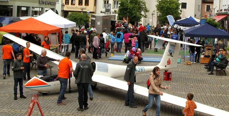 Der Segelflieger der Luftsportgemeinschaft war Blickfang Nummer eins auf dem Hersbrucker Oberen Markt.