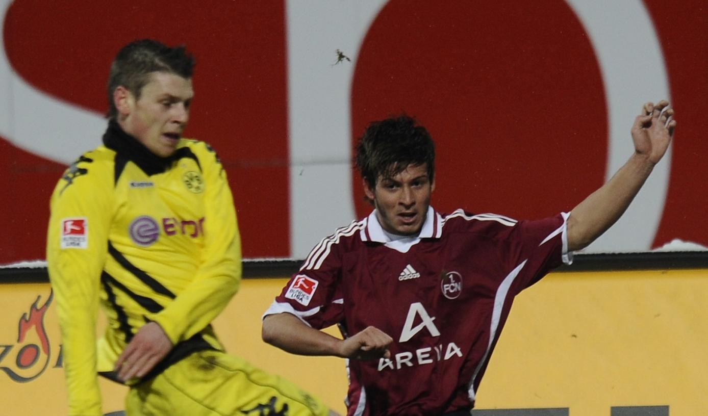 Ein Debüt, das Hoffnung macht: Der 18-jährige Marvin Plattenhardt (rechts, im Duell mit Lukasz Pisczek) zog sich gegen Dortmund sehr ordentlich aus der Affäre.