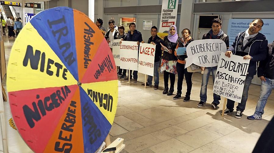 Mit einer Protestaktion hat die Regionalgruppe der Blockupy-Bewegung am Nürnberger Flughafen gegen die europäische Einreise- und Abschiebepraxis protestiert. Das Drehrad zeigt Herkunftsländer von Flüchtlingen.