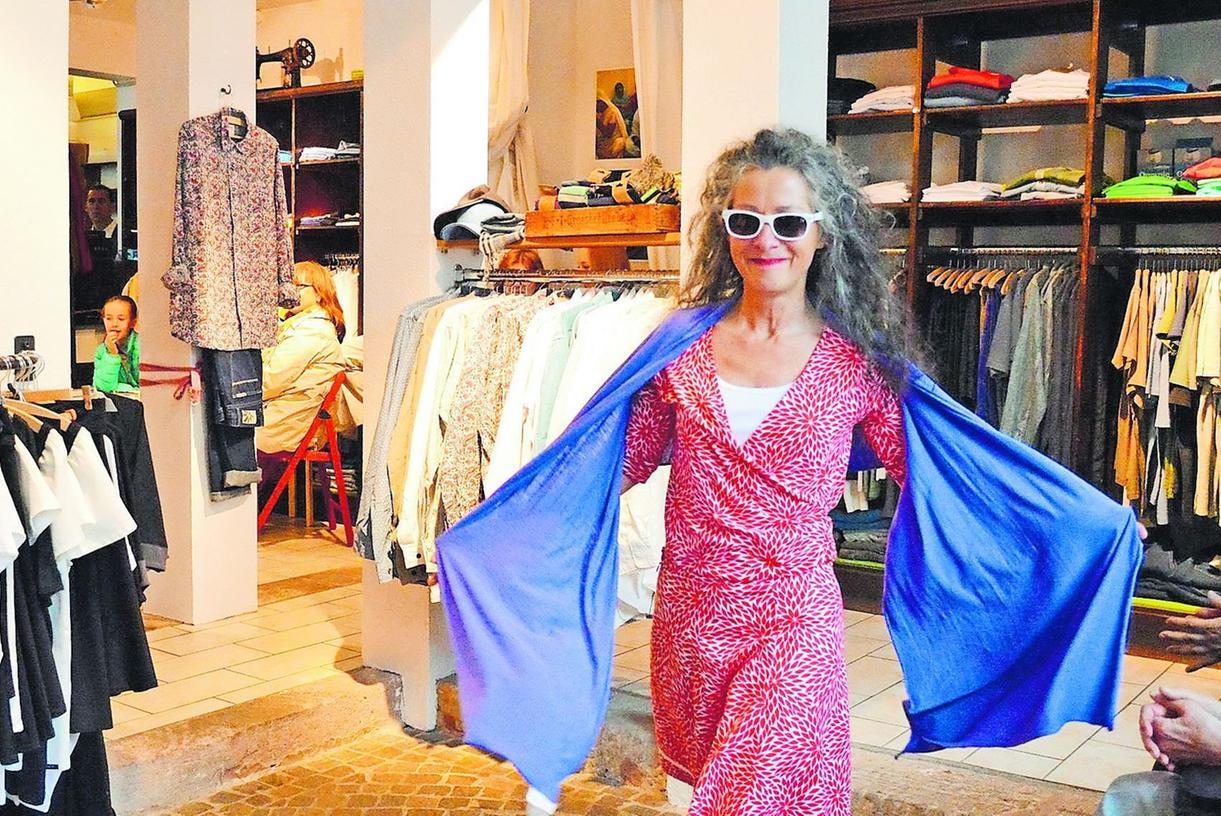 Sommerkleider in knalligen Farben: Diese Kreation präsentiert bei einer Modenschau in der Fürther Boutique Farcap.