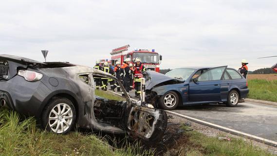 Unfall bei Heilsbronn: Sportwagen geht in Flammen auf
