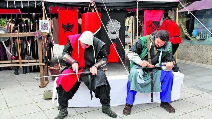 Die Kosaken demonstrierten den Besuchern, wie man Schwerter schleift.
