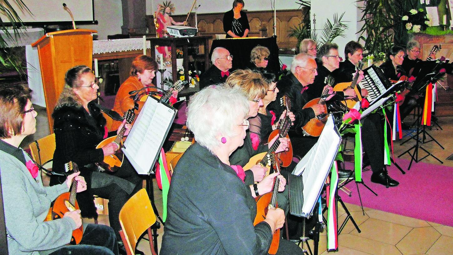 Mit Mandolinen und Gitarren verzauberte das Orchester aus Lauf und Umgebung in Neuhaus die zahlreichen Zuhörer in der Pfarrkirche. Foto: Fritz Zagel