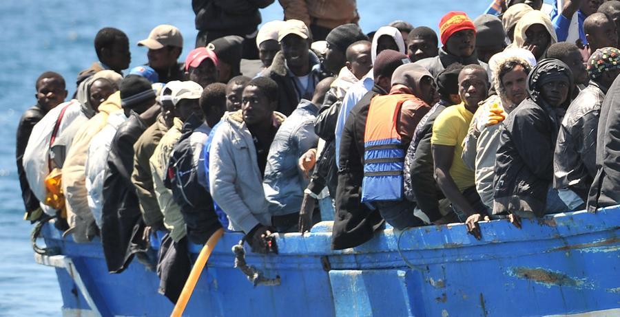 Wie lange dauert ein Asylverfahren im Schnitt bundesweit?Laut Bundesamt für Migration und Flüchtlinge dauerten im Jahr 2012 etwa 70,4 Prozent aller Asylverfahren nicht länger als sechs Monate. Diese Verfahrensdauer stellt allerdings nur die Zeitspanne von der Aktenanlage bis zur Zustellung des Bescheids dar. Die Gesamtverfahrensdauer geht weiter bis zum rechtskräftigen Abschluss des Verfahrens. Hier waren es 46,2 Prozent der Asylverfahren, die 6 Monate dauerten.