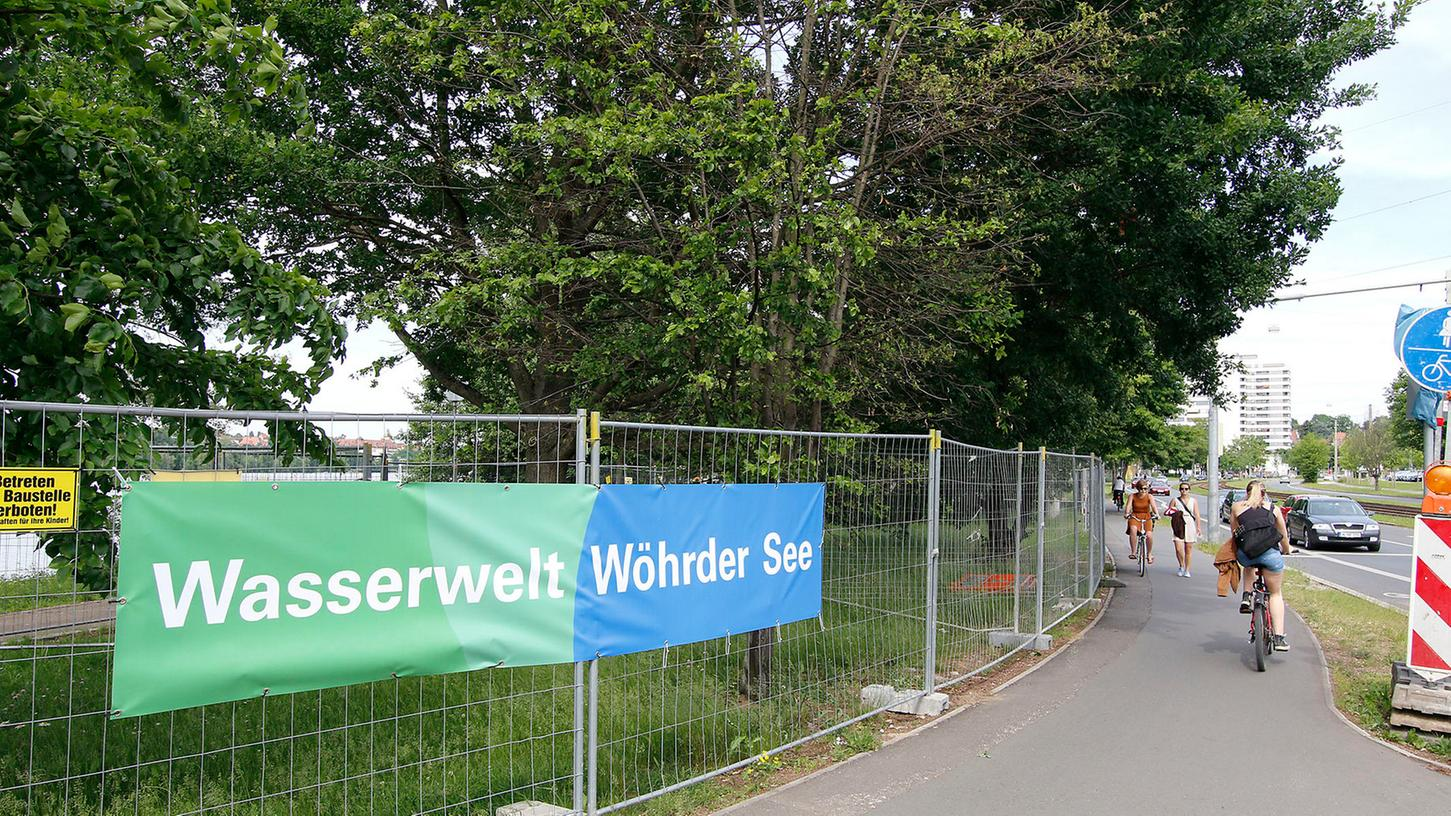"""Ein Bauzaun verwehrt den Zugang zum Ufer des Wöhrder Sees: Die Radfahrer und Fußgänger müssen im Bereich des """"Norikus"""" ausweichen."""