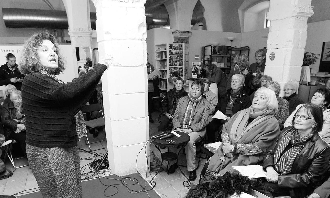 """Vorträge ergänzen nun die Ausstellung """"Gewonnene Jahre – neues Zeitalter für Frauen?"""" – hier singt Ute Rüppel bei der Eröffnung."""