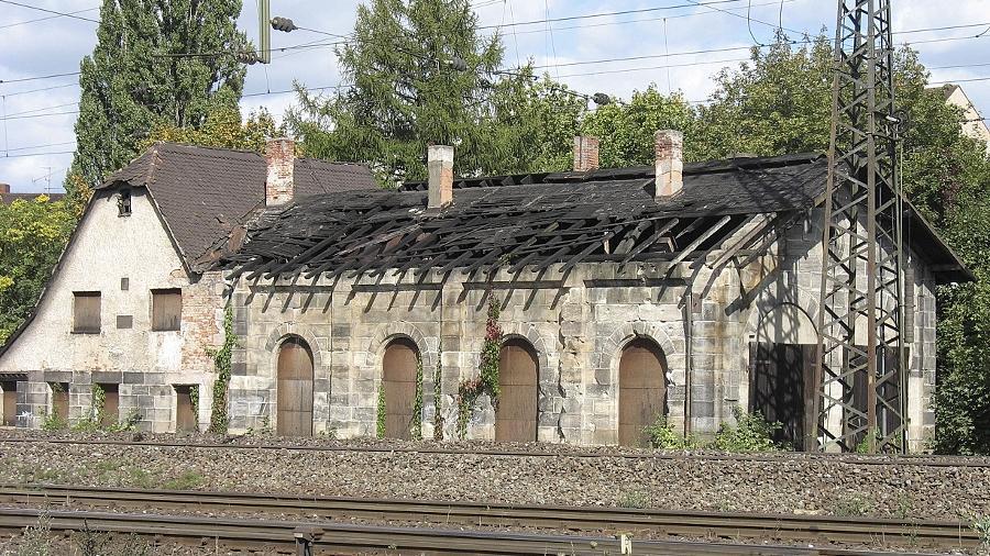 Der historische Lokschuppen an der Stadtgrenze: Direkt bei der gleichnamigen U-Bahn-Station, ist er vom Zug aus gut zu sehen. Er verfällt.