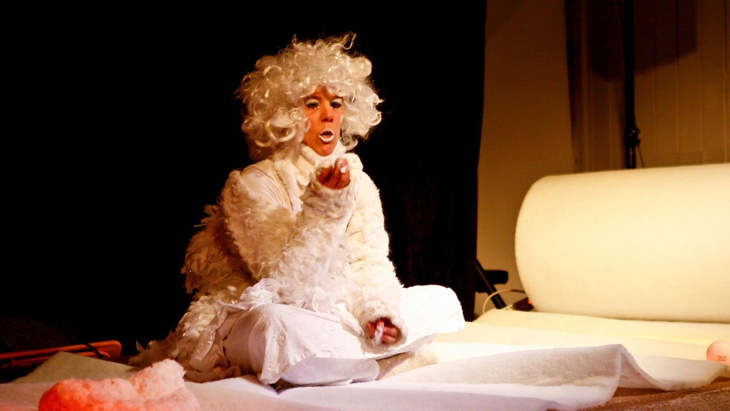 """Darf's auch ein bisschen abgedrehter sein? """"Die Madam"""" alias Sandra Ettling moderierte als weißer Schutzengel Lawine den jüngsten Abend der Rampenschweinerei."""