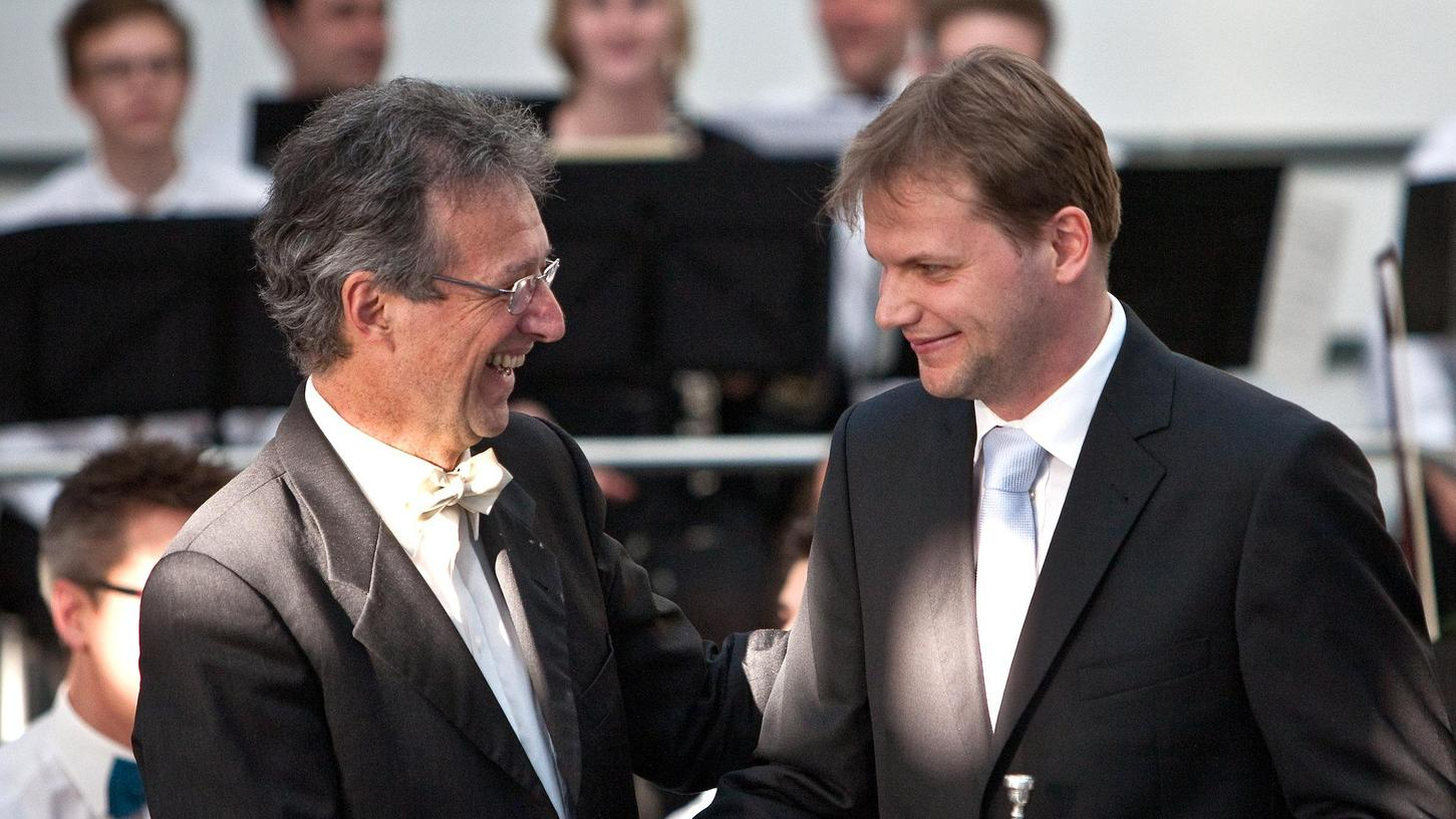 Chefdirigent Kartmut Kawohl (li.) gratuliert seinem ehemaligen Schüler, Trompetensolist Jörge Becker - der spielt aktuell beim RSO Stuttgart.