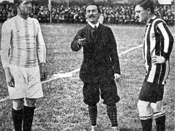 Die letzten Minuten vor der Partie: Fürths Kapitän Julius Hirsch (rechts) mit Schiri Curt von Paquet und VfB-Spielführer Curt Hesse beim Losen.