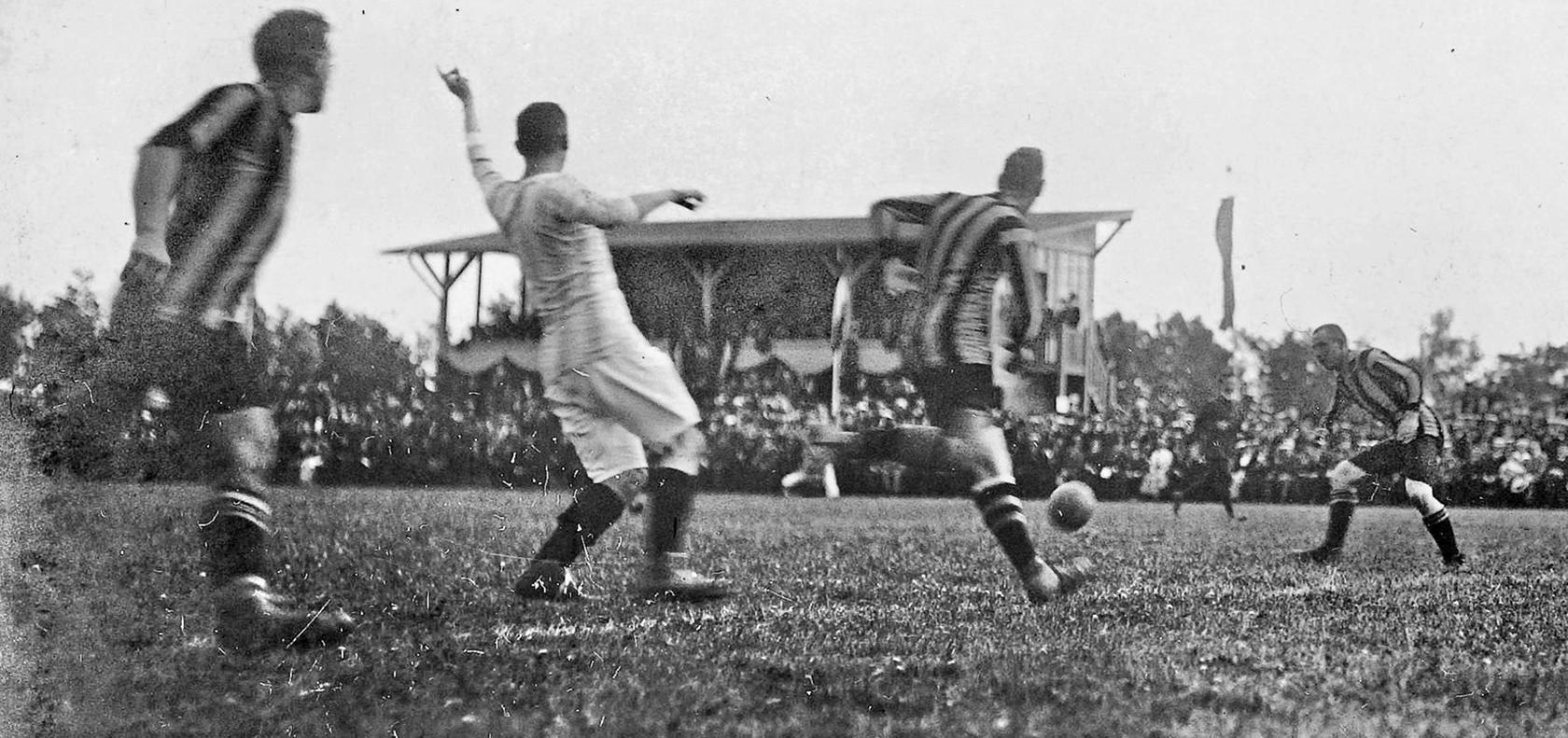 Originalaufnahme vom 31. Mai 1914: Der nicht ganz austrainierte SpVgg-Torhüter Hermann Polenski (rechts) beweist gutes Stellungsspiel gegen die anrennenden Leipziger.