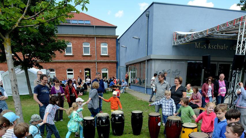 Klänge von afrikanischen Trommeln, Geigen, Oboen und Xylophonen schwingen über die Insel im Grünen: Die Musikschule in Fürth ist ein Anlaufpunkt für Musikbegeisterte. Hier lernen rund 1700 kleine und große Schüler bei 50 Pädagogen den Umgang mit Instrumenten.