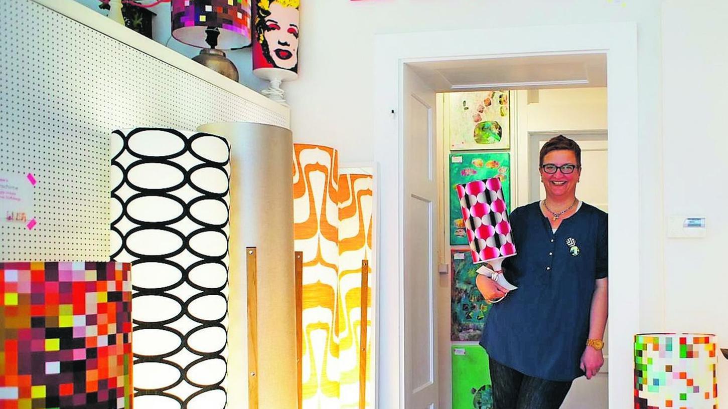 Sabine Sachs hat ein Faible für Farben und Muster. Die Stoffe für die gepixelten Lampenschirme hat sie selbst entworfen.