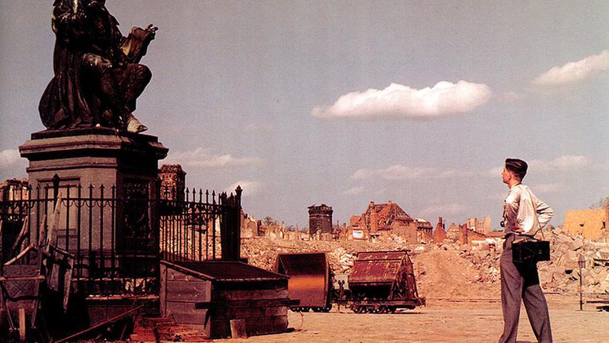 1874 wurde es enthüllt, das markante Denkmal, das heute den Hans-Sachs-Platz ziert. Auf diesem Bild aber ist das Bildnis des Nürnberger Dichters nur Beiwerk. Viel erschreckender: Nürnberg nach dem Krieg, ein einziger Schuttberg.