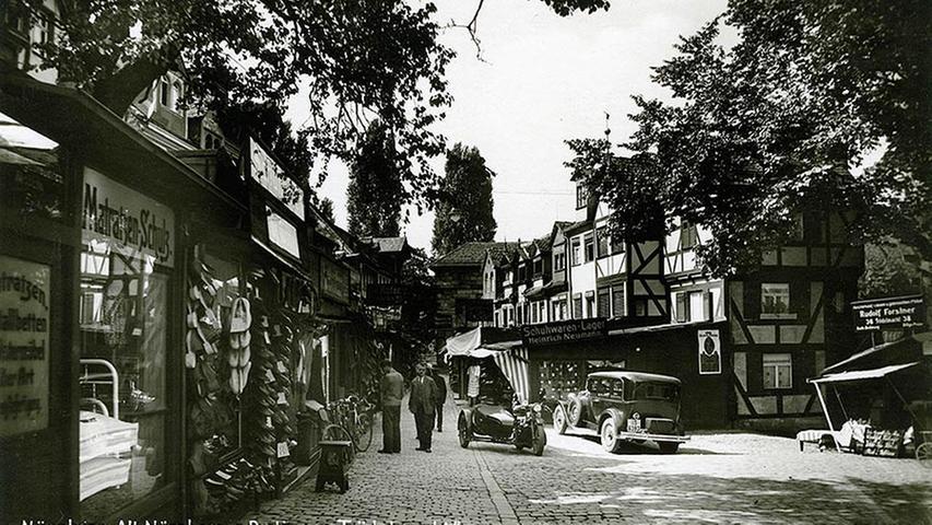 Trödel war immer irgendwie Thema auf dem Nürnberger Trödelmarkt. Schon zu Reichsstadtzeiten, als Nürnberg noch als Territorium des Heiligen Römischen Reiches firmierte, wurde dort Gebrauchtes verkauft. Später war der Trödelmarkt auch als