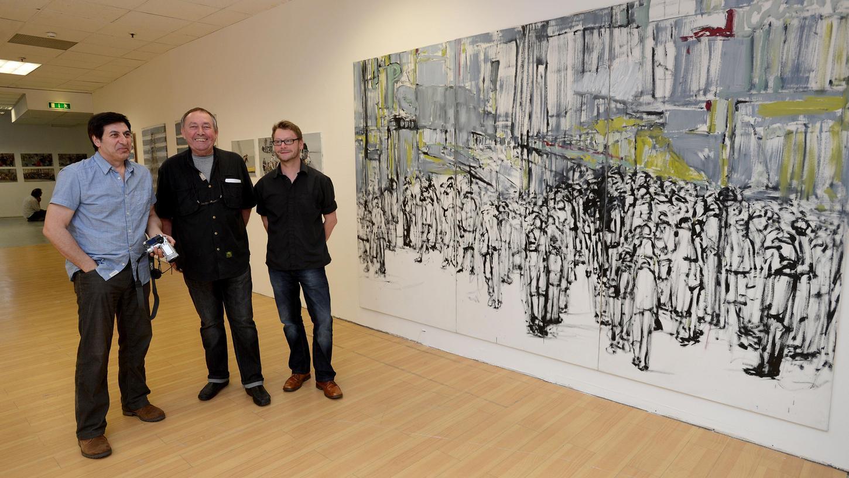 Galerist Manfred Edler (Mitte) mit den Künstlern Akbar Akbarpour (li., von dem das Gemälde rechts stammt, und Lars Herrmann.