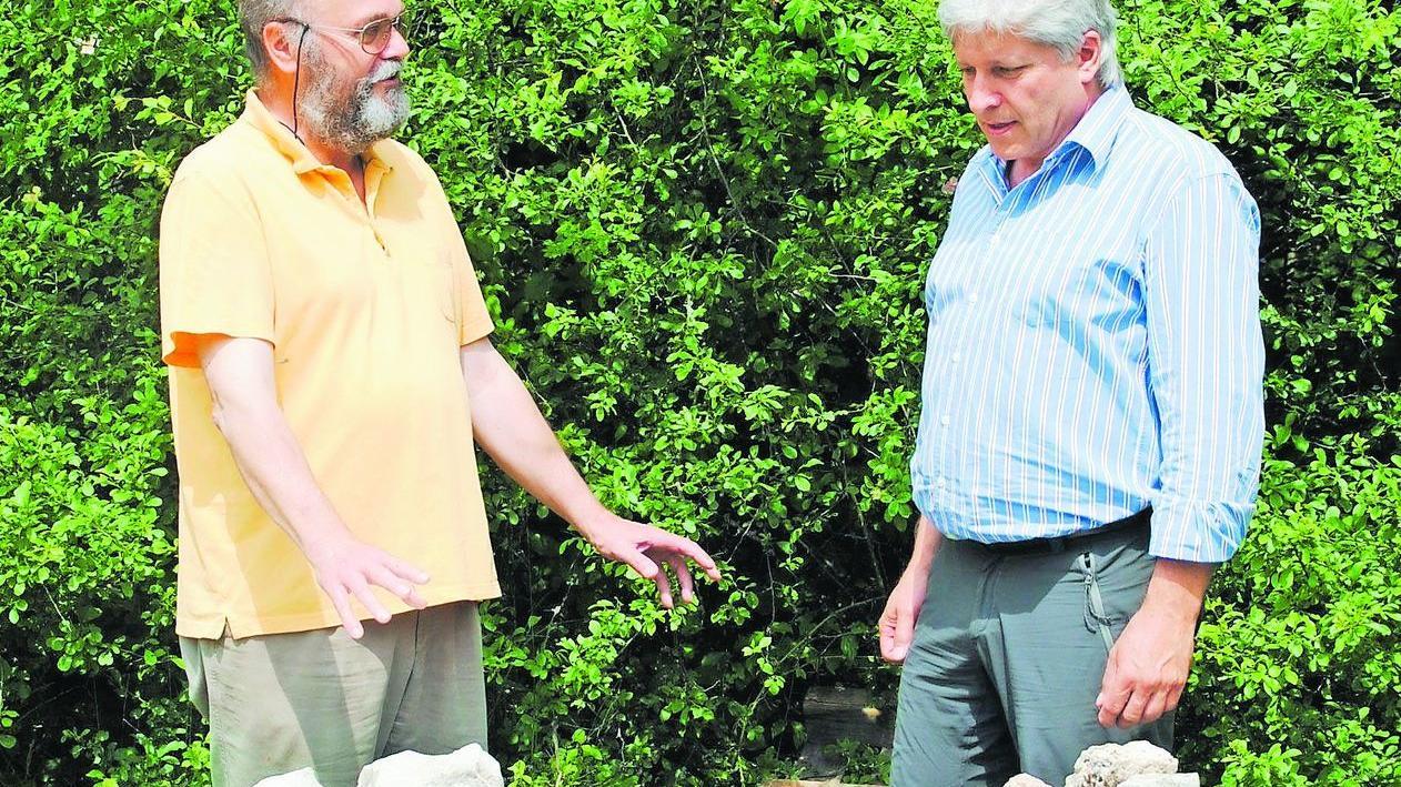 Wolf-Dietrich Schröber vom Imkerkreisverband (li.) und Hans-Peter Kaulen von der Burg Feuerstein machen gemeinsame Sache für die Bienen.