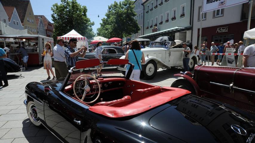 Impressionen vom Oldtimer-Treffen in Neumarkt: Trotz der Gluthitze am Markt  versammelten sich die erwarteten rund 800 Teilnehmer. Dazu kamen zahllose  Zuschauer aus Nah und Fern, die die Autos bestaunten.
