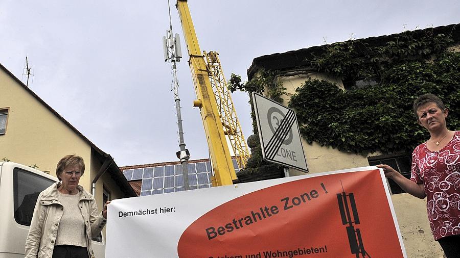 Mit dem Aufstellen des Mobilfunkmasts in der Eltersdorfer Webichgasse begann der Streit im Ort. Jetzt hatte die SPD beantragt, dass die Stadt die Mobilfunkgegner unterstützt und fand keine Mehrheit.