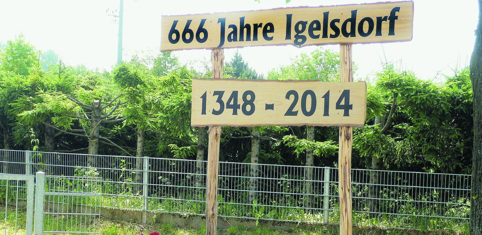 Rund um den Dorfbrunnen, den es heute nicht mehr gibt, wurde Kirchweih gefeiert, wie hier 1947. Damals hatten die Igelsdorfer noch drei Gasth�user.Foto: privat