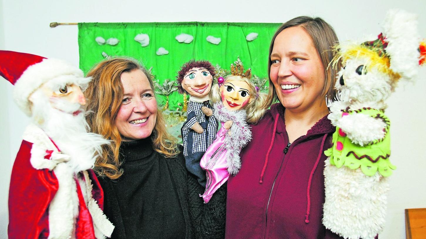 Christine Willmann (li.) und Angelika Kronawitter, hier mit einigen ihrer Hauptdarsteller, sind die beiden Kreativen hinter Krowis Puppenbühne. Aktuell haben sie 15 Produktionen in ihrem Repertoire.