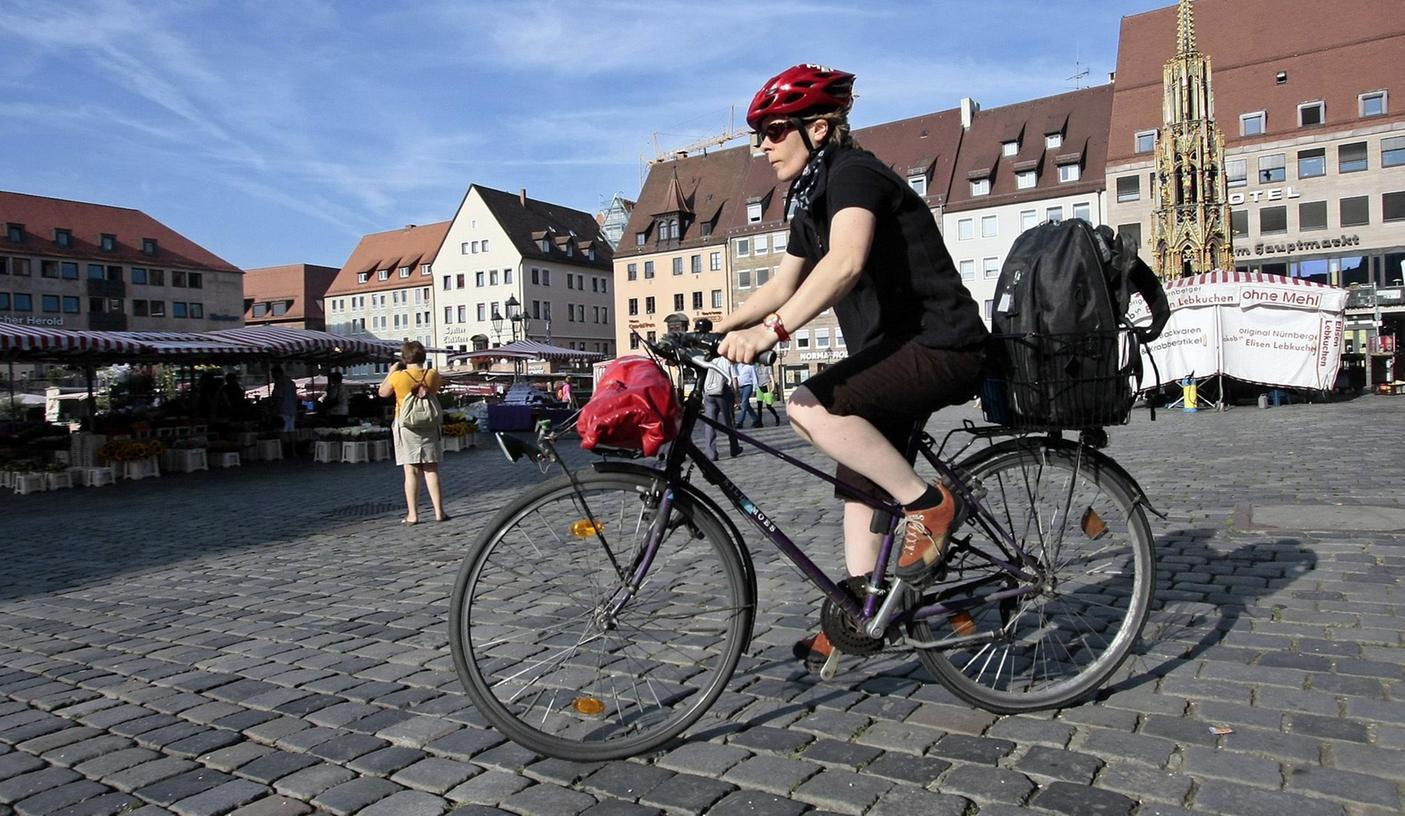 Radfahrer queren schon heute den Hauptmarkt. Erlaubt ist das zwar nicht, aber debattiert wird über eine Öffnung schon seit Jahren. Die SPD bringt nun einen Testlauf ins Gespräch.