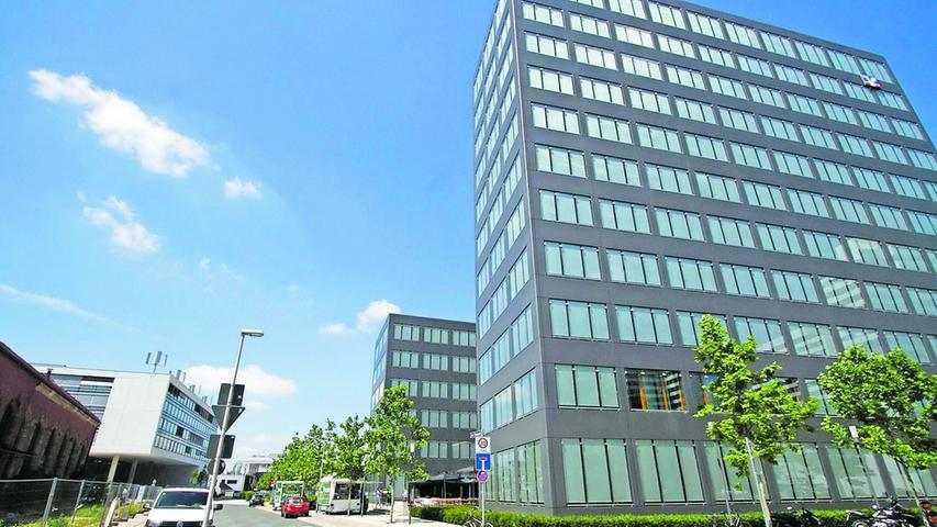 Die hier zu sehenden Gebäude der Volksbank Raiffeisenbank am östlichen Ende fand viel Beifall bei den Stadtplanern.