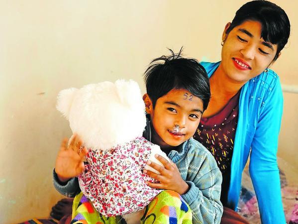 Dieser kleine Patient kann nach seiner Operation wieder lachen. Auch seine Mama strahlt. Fotos: privat