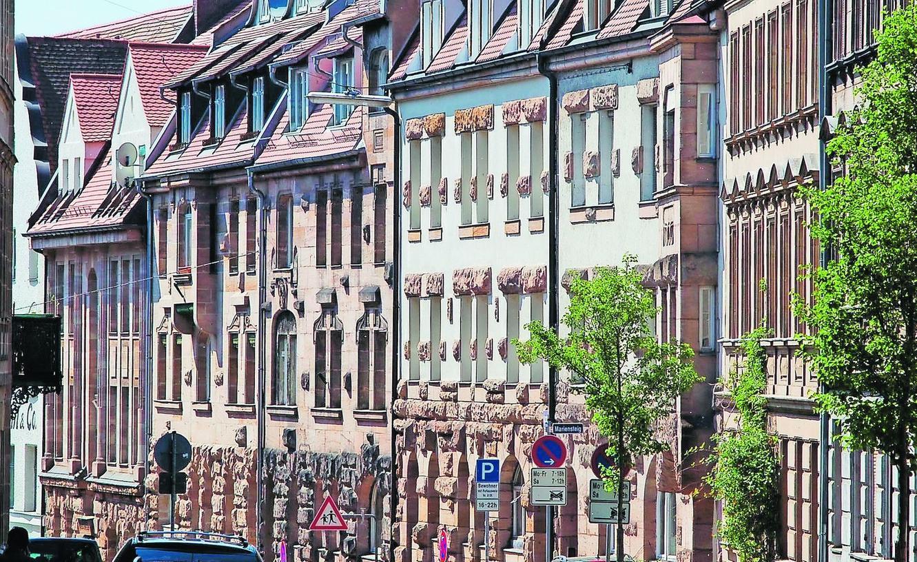Einzigartig sind die nahezu im Originalzustand erhaltenen Altbauensembles der westlichen Innenstadt - wie hier am Mariensteig. Fürth kann damit ebenso punkten wie mit seinen über 2000 Baudenkmälern.