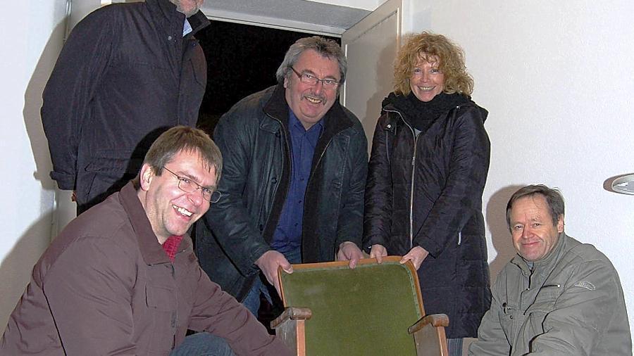 Der alte Klappstuhl ist nicht mehr zu gebrauchen, auch das Kino bräuchte eine Runderneuerung. Wie das zu stemmen wäre, überlegen Roland Schönfelder (links), Klaus Roscher (rechts) und ihre Mitstreiter.