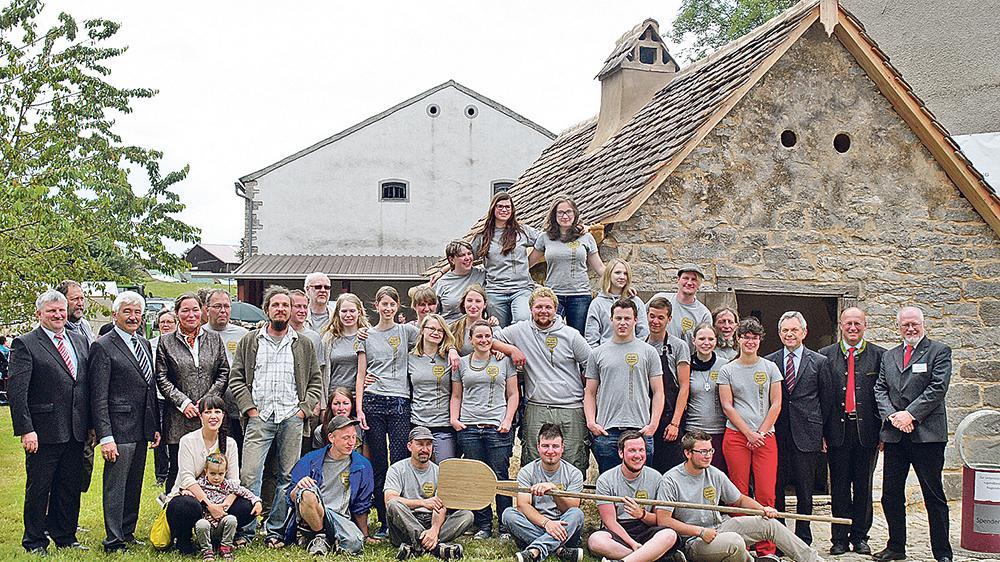Ein ganz besonderes Projekt: Das Backhaus inGeyern aus dem 18. Jahrhundert wurde in einem Vorzeigeprojekt von 22 jungen Erwachsenen saniert. Jetzt wurde es mit Vertretern der Öffentlichkeit seiner Bestimmung übergeben.
